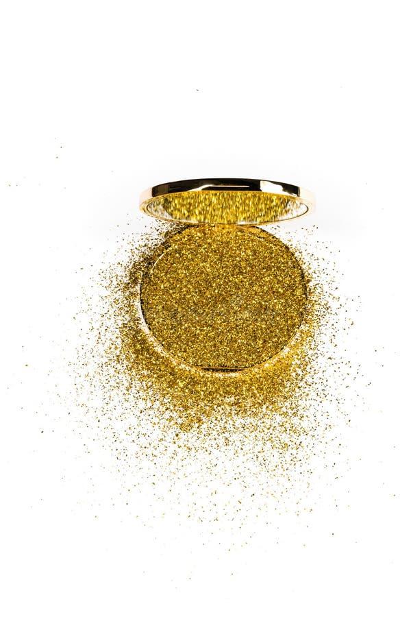 在一个金粉末箱子的粉末轮廓色_有在镜子反映的金闪闪发光的 背景查出的白色 库存照片