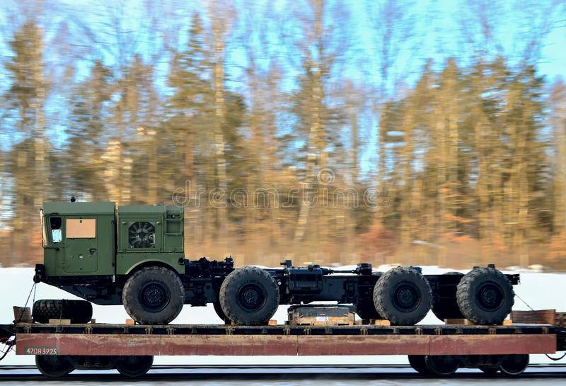 在一个铁路平台的军用卡车拖拉机 库存照片