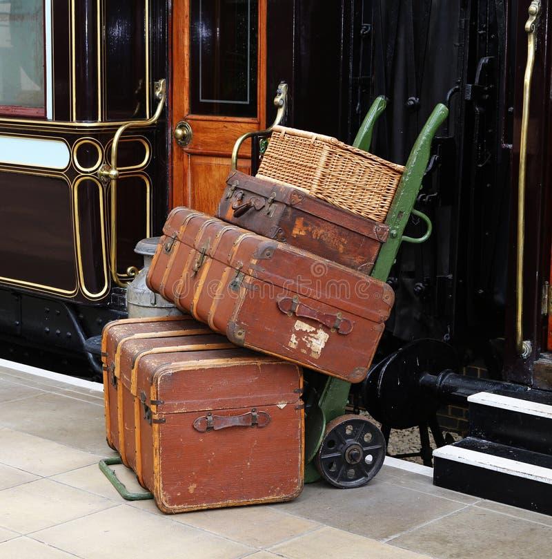 在一个铁路平台的行李 免版税库存图片