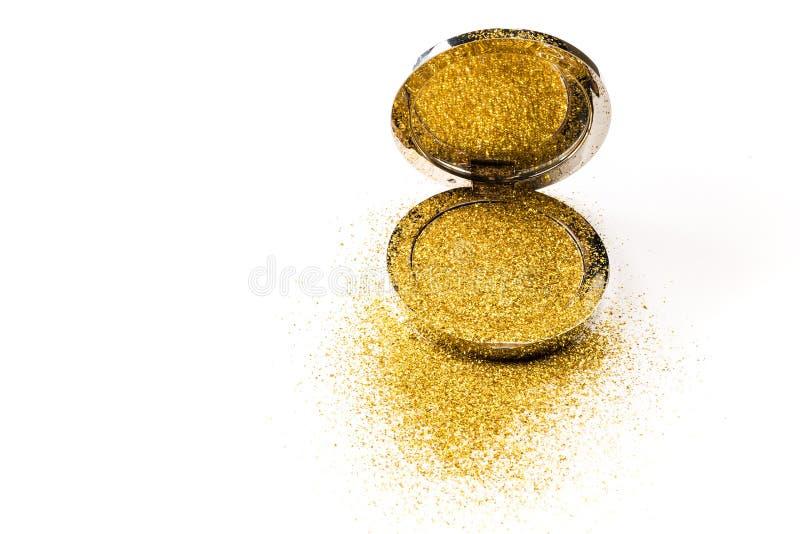 在一个银色粉末箱子的粉末轮廓色_有在镜子反映的金闪闪发光的 背景查出的白色 免版税图库摄影