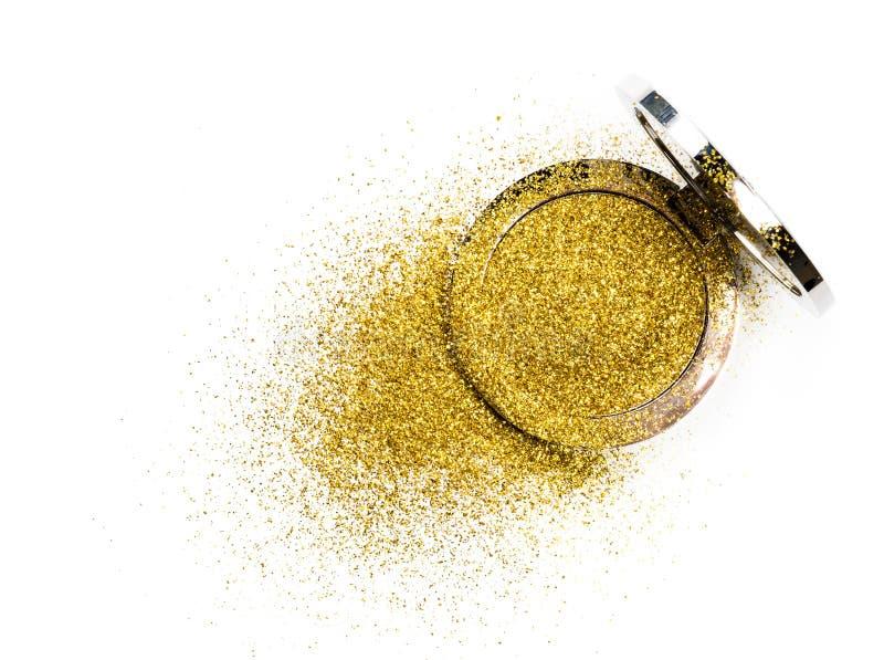在一个银色粉末箱子的粉末轮廓色_有在镜子反映的金闪闪发光的 背景查出的白色 免版税库存照片