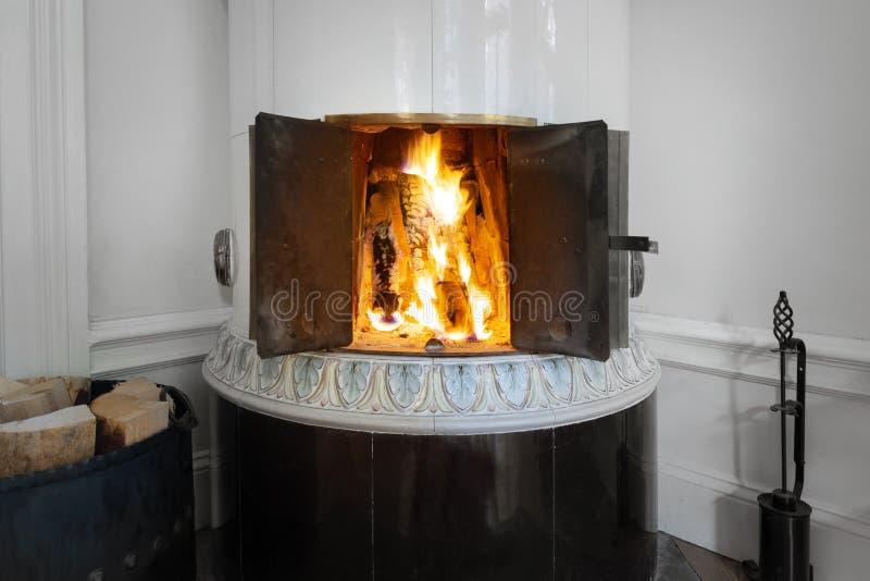 在一个铺磁砖的火炉的火 库存图片