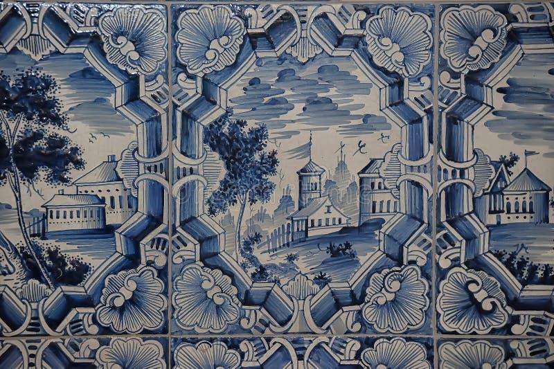 在一个铺磁砖的火炉的蓝色白色绘画 免版税库存照片