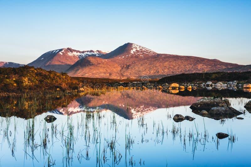 在一个镇静湖的山反射在Glencoe,苏格兰 免版税库存照片