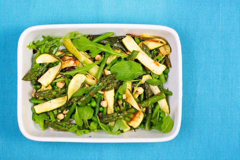 在一个长方形盘的芦笋、绿皮胡瓜和榛子沙拉 库存照片