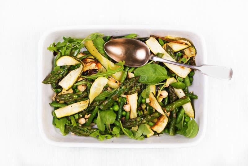 在一个长方形盘wi的芦笋、绿皮胡瓜和榛子沙拉 库存图片