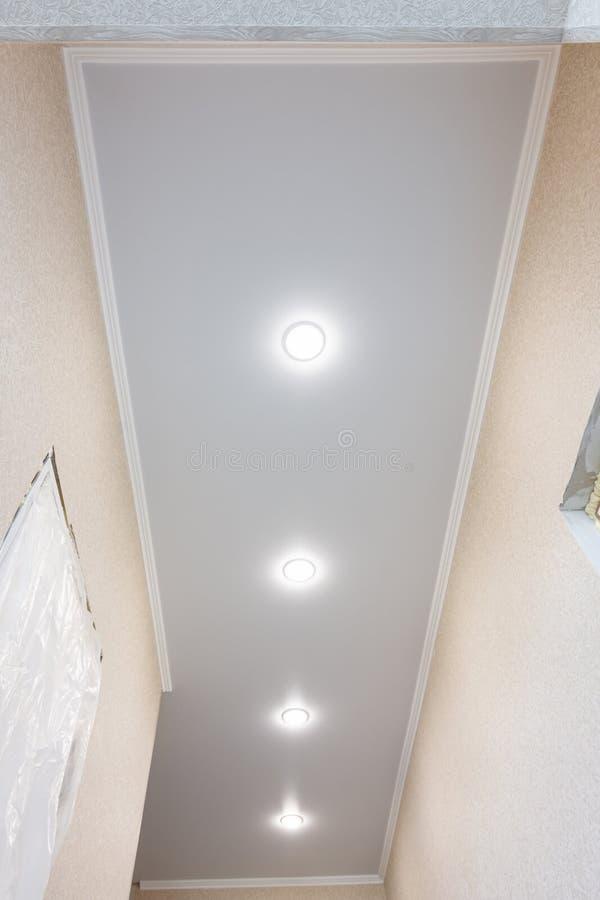 在一个长的狭窄的走廊的舒展天花板 免版税库存图片