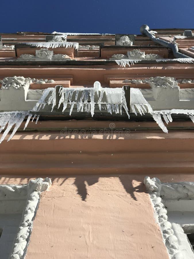 在一个阳台的冰柱在Kyiv或基辅,乌克兰 免版税库存照片