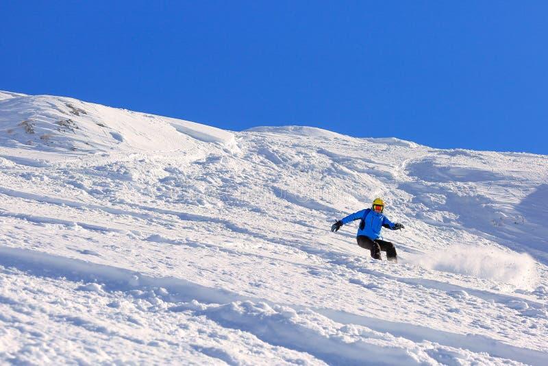 在一个陡坡的雪板车手 库存图片