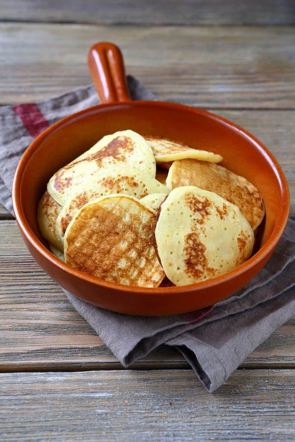 在一个陶瓷平底锅的薄煎饼 图库摄影