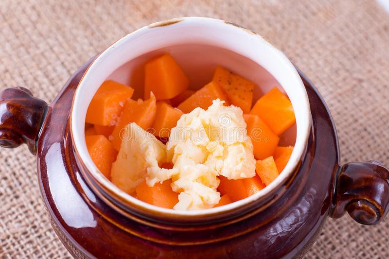 在一个陶瓷罐烘烤的南瓜 免版税图库摄影