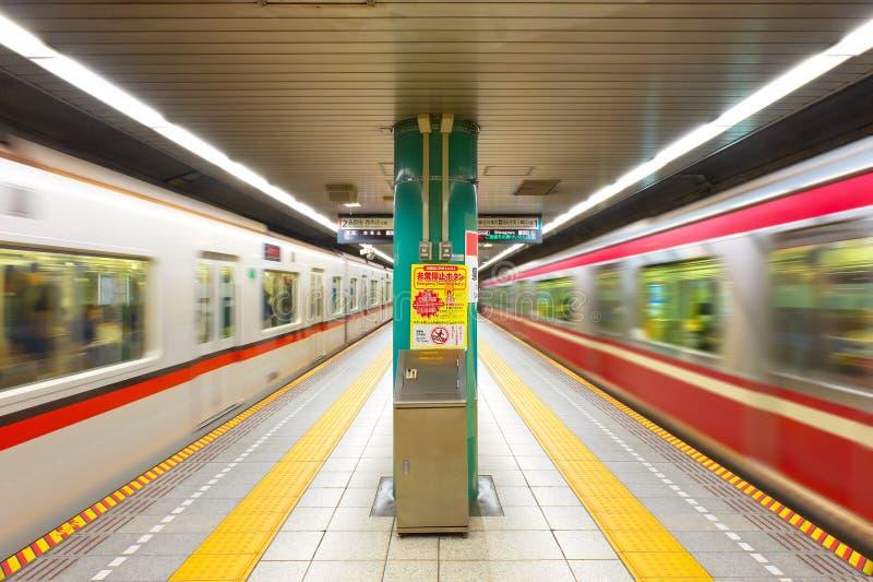 在一个隧道的火车在东京地铁 库存照片