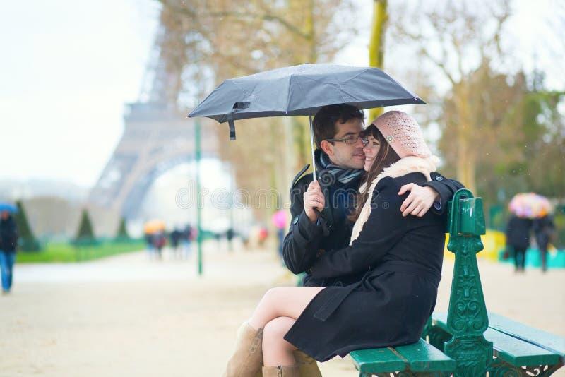 夫妇在一个雨天的巴黎 免版税库存图片