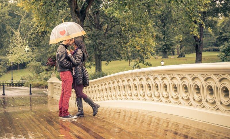 在一个雨天结合分享浪漫情感 免版税库存图片