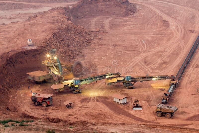 在一个露天开采矿的戽头转轮挖土机重要人物  免版税库存图片