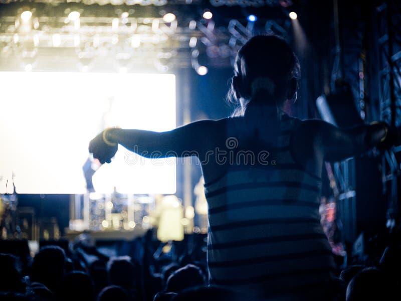 在一个露天节日的摇滚乐音乐会 免版税库存照片