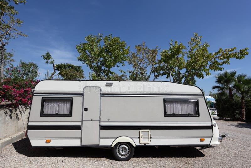 在一个露营地的有蓬卡车 免版税库存图片