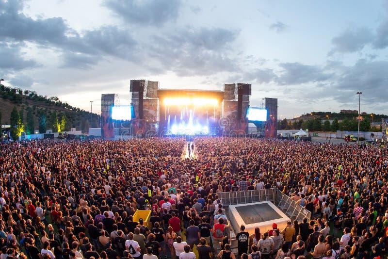 在一个音乐会的人群在下载重金属的音乐节 免版税库存图片