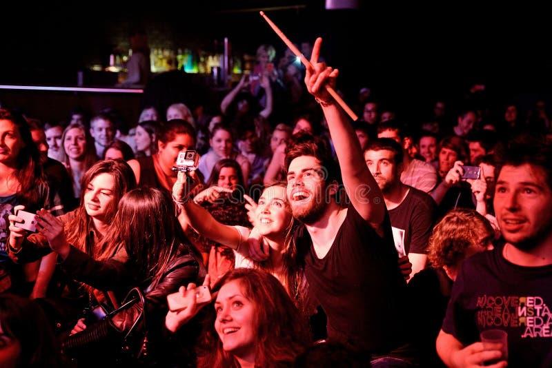 在一个音乐会的人群在比基尼泳装阶段 库存图片