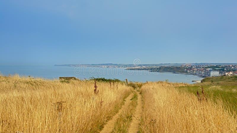 在一个领域的土路在法国Northe沿海的ciffs,与市Wiemereux在背景中 免版税库存照片