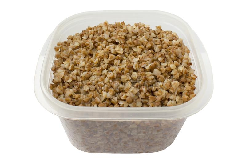 在一个食盒的煮沸的荞麦在白色背景 免版税库存图片