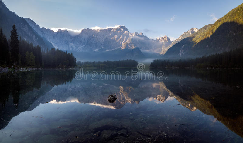 在一个高山湖的美好的有薄雾的早晨 库存图片