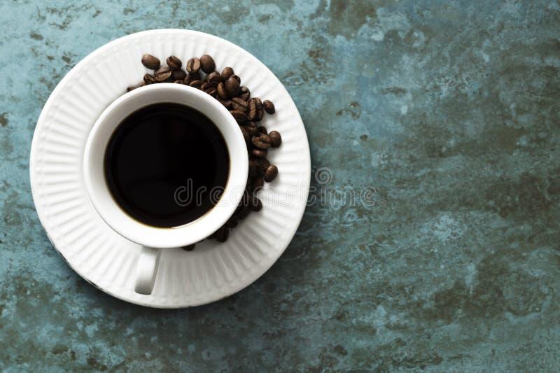 在一个鲜绿色瓦片的咖啡杯 免版税库存图片
