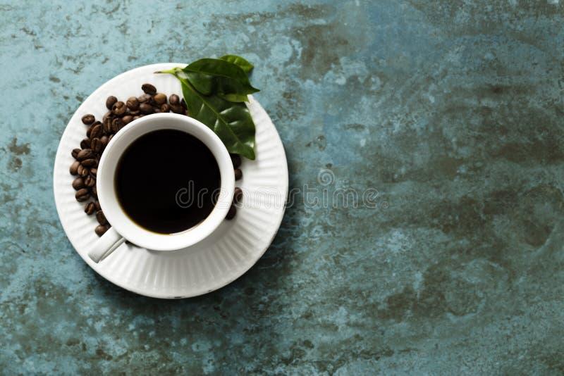在一个鲜绿色瓦片的咖啡杯 免版税库存照片