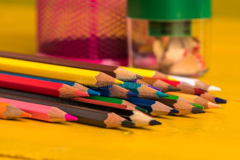 在一个黄色木板的色的铅笔 图库摄影