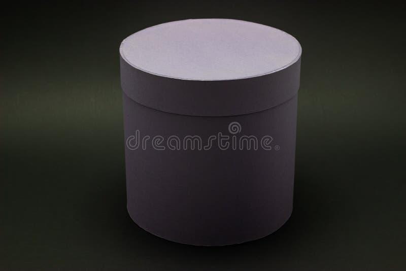 在一个黑暗的背景大模型的花卉帽子箱子在设计 库存照片