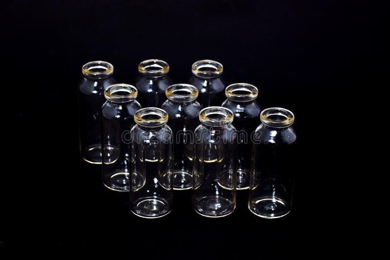 在一个黑暗的背景实验室玻璃器皿的玻璃试管 免版税库存照片