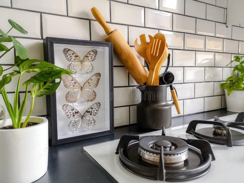 在一个黑白地铁的被构筑的动物标本剥制术蝴蝶艺术铺磁砖了有许多植物的厨房 库存照片