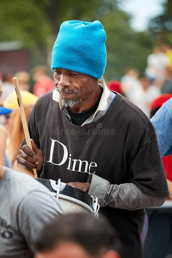 在一个鼓的非裔美国人的男性使用的节奏在Tam Tams节日在皇家山公园 免版税图库摄影