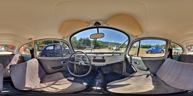 在一个经典车展的经典灰色VW甲虫Inerior 库存图片