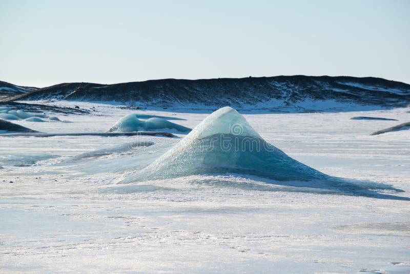在一个冻冰河湖的蓝色冰山金字塔Skaftafellsjokull冰川的,冬天冰岛 库存图片