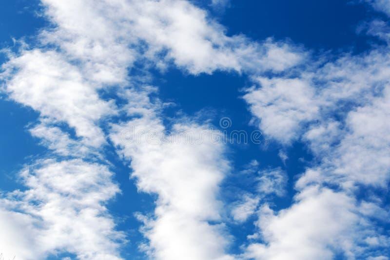 一个色集_在一个晴天使与云彩,背景细节纹理的蓝天环境美化. 本质, 自然.