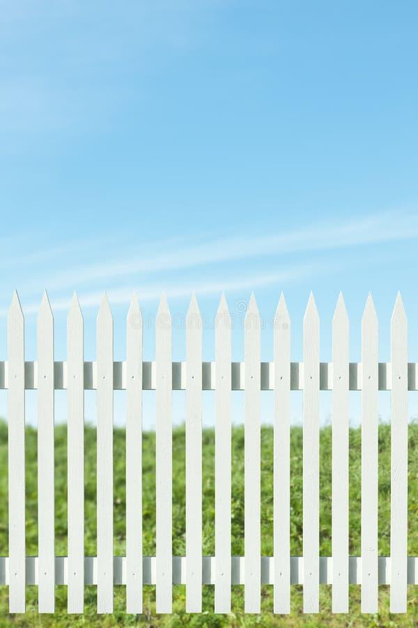 白色尖桩篱栅 库存图片