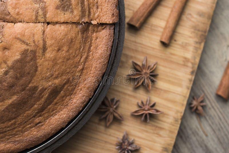 在一个黑烤板的自创新近地被烘烤的斑马饼,肉桂条,茴香担任主角 库存图片