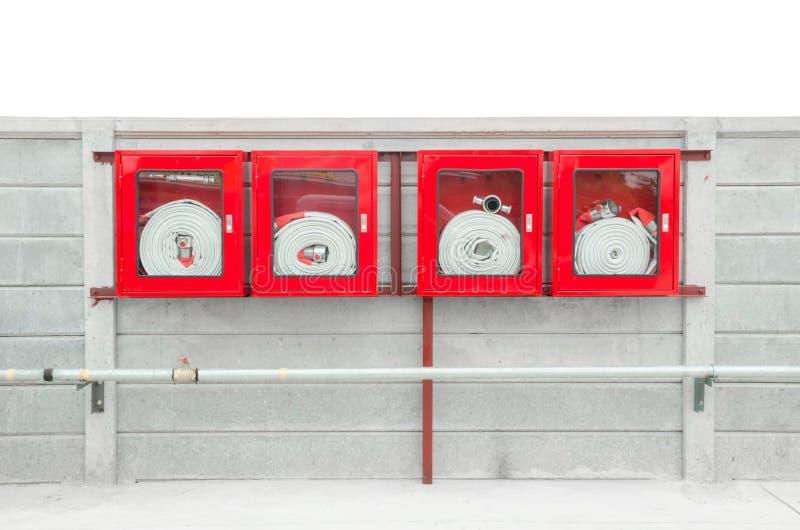 在一个玻璃朝向的箱子里面的紧急灭火水龙带在墙壁登上了 库存图片