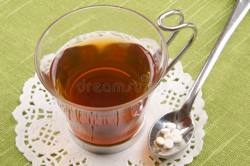 在一个玻璃杯子的红茶用糖精 库存图片