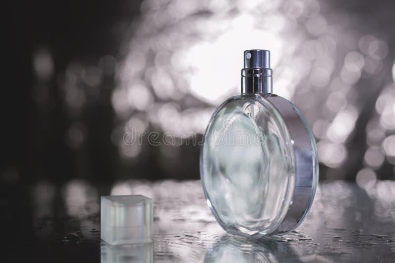 在一个玻璃瓶特写镜头的香水 库存照片