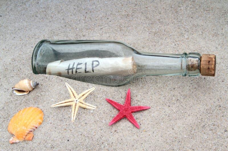 在一个玻璃瓶的消息在沙子 库存照片