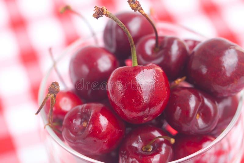 在一个玻璃碗的樱桃 免版税库存照片