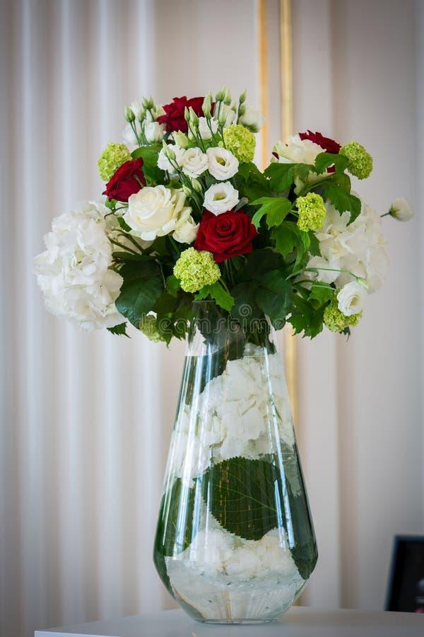 在一个玻璃花瓶的花束 免版税图库摄影