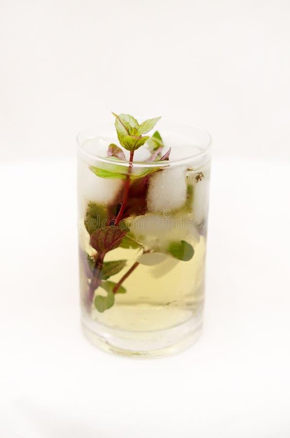 在一个玻璃觚的肯塔基德比饮料在轻的背景 库存图片