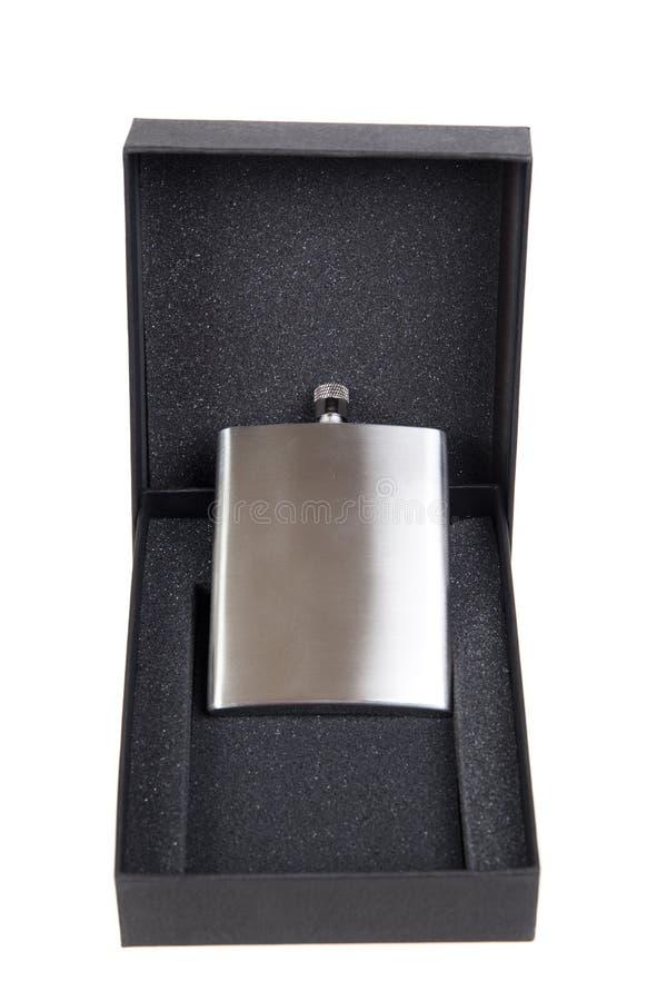在一个黑礼物盒的不锈的熟悉内情的烧瓶 免版税库存照片
