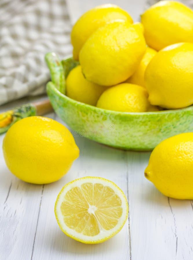 在一个绿色碗的柠檬 库存照片