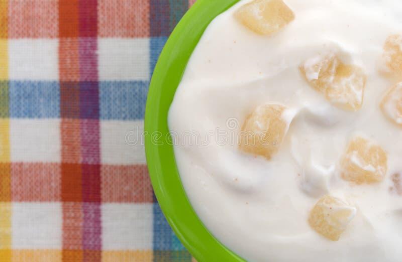 在一个绿色碗的苹果计算机希腊酸奶 库存图片