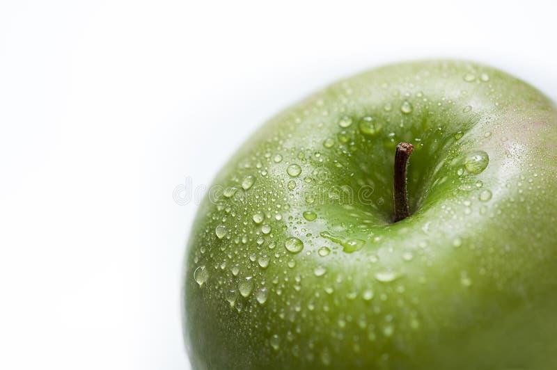 在一个绿色苹果的下落 库存图片