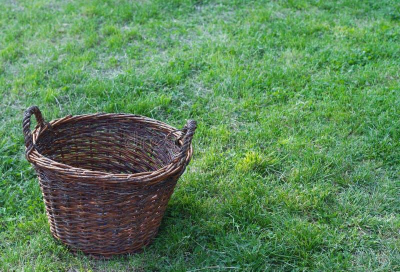 Download 在一个绿色领域的一个木空的土气篮子 库存照片. 图片 包括有 土气, 购物, 现有量, 纤维, 工艺, 新鲜 - 72353270
